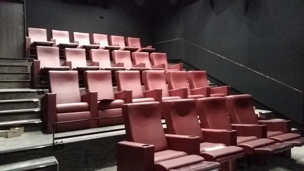 Kleslo - Banquette sur mesure de restaurant, Hall d'aceuil - Leader de fabrication de fauteuils cinéma, théâtre ... Cinéma Yvetot Noe les arches lumières v2