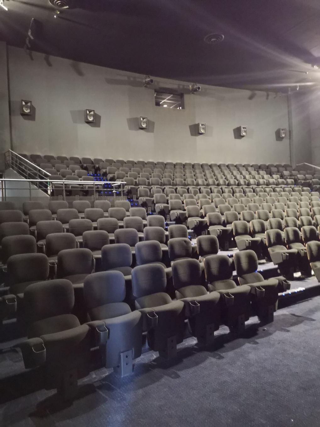 Kleslo - fauteuil relevable- Leader de fabrication de fauteuils cinéma, théâtre ... cinéma UGC rosny